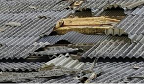 A Cernusco tetto scoperchiato da una tromba d'aria