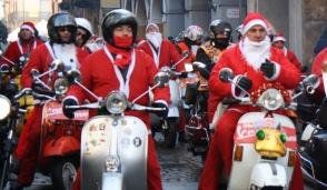 A Gorgonzola Babbo Natale arriva in Vespa