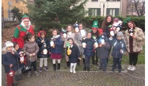 A Trezzano i bimbi decorano l'albero di Natale
