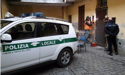 Blitz della Polizia Locale a Trezzo, sgomberato un appartamento in una corte