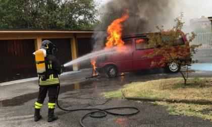 Brucia un minivan a Gorgonzola, intervengono i pompieri