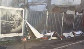 Cartelloni strappati lungo la strada a Inzago