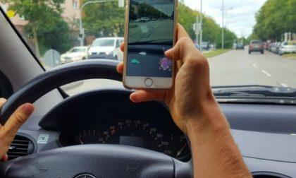Pizzicato alla guida con il cellulare si infuria con i vigili