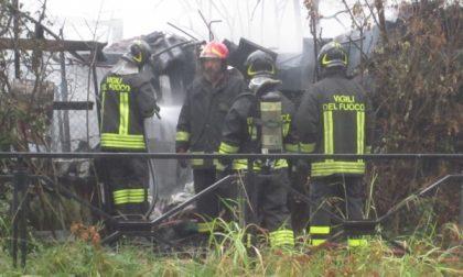 Cernusco. Incendio in una baracca, salvi i due occupanti