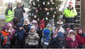 """I bimbi vestono """"a festa"""" gli alberi davanti al Comune di Truccazzano"""