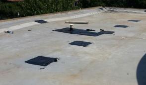 I lavori per rifare il tetto della scuola di Rodano proseguono