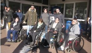 In sella alla moto la Befana porta i doni agli ospiti della Fondazione Sacra Famiglia di Inzago