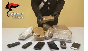 Lanciano la droga sul tetto per evitare l'arresto