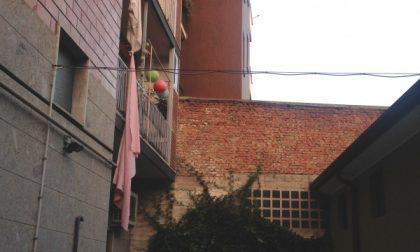 Melzo, cerca di calarsi dal balcone e precipita dal terzo piano
