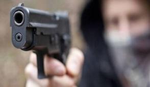 Melzo, gli punta la pistola contro per 40 euro