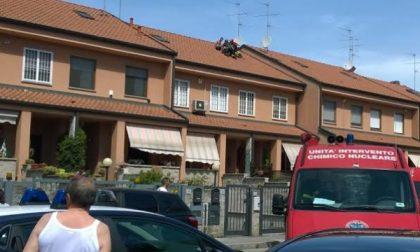Melzo, minaccia di buttarsi dal tetto di una villetta