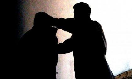 Aggredito e rapinato in una fabbrica dismessa, paura per un 28enne