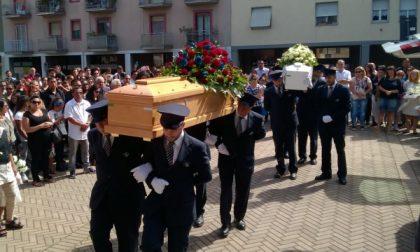 Pioltello, folla al funerale di Maria e del piccolo Alex