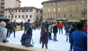 Pista di pattinaggio su ghiaccio in piazza a Cologno Monzese