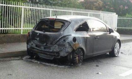 Pozzo, quattro auto date alle fiamme, è allarme piromane