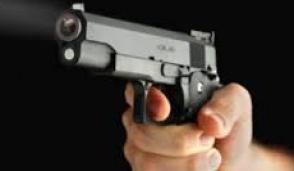 Prova la pistola nei campi a Gorgonzola: denunciato