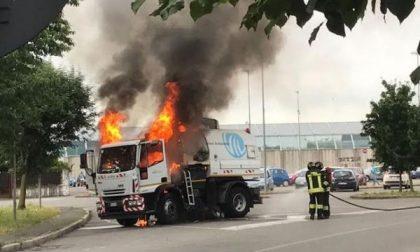Trezzo, camion a fuoco al mercato