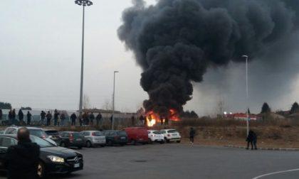 Trezzo, incendio nel vecchio magazzino