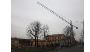 Una gru sopra la scuola materna di Albignano, scoppia la polemica
