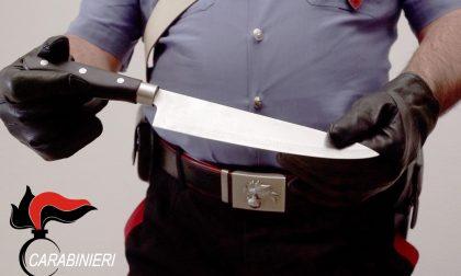Non paga il conto, panettiere minaccia una cliente col coltello