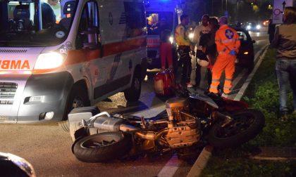 Frontale tra auto e moto: un morto e due feriti gravi