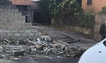 Crolla un muro anziano sotto le macerie FOTO