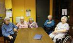 Le anziane riscoprono l'arte di fare la maglia