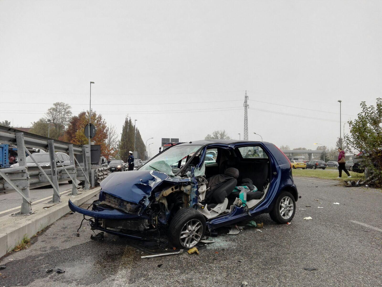 Incidente Monza Bussero Punto bambino di un mese morto mamma e papà gravissimi in ospedale prognosi riservata