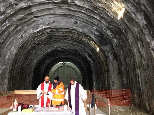 Sesto San Giovanni messa funzione nella galleria della metropolitana