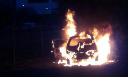 L'auto sbatte contro un ostacolo e prende fuoco, un 19enne in coma