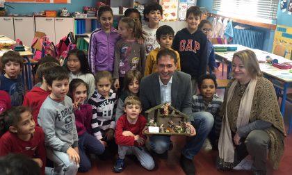 Operazione Presepe del sindaco: donata la prima Natività a una scuola