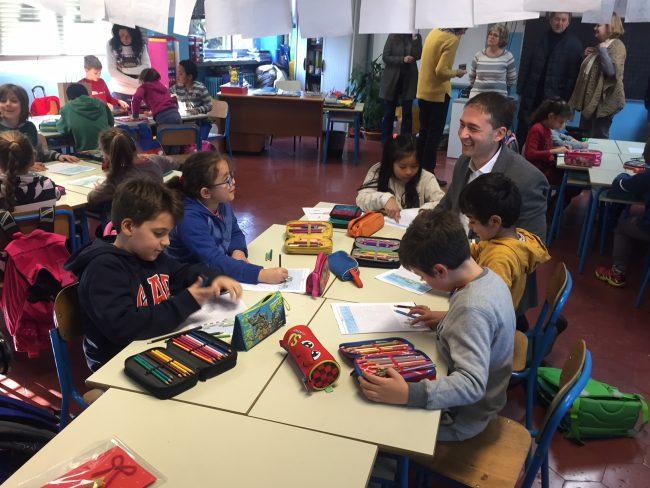 consegna presepe sindaco a scuola Martiri Sesto