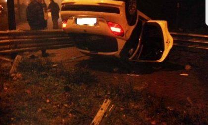 Intrappolato nell'auto in fiamme Salvato dai carabinieri