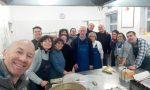 Dei benefattori donano cibo e festa di Capodanno a 90 bisognosi