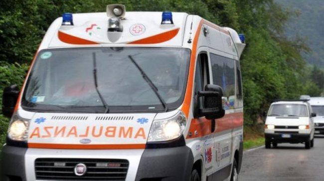 Scontro con un'auto, coppia di motociclisti grave in ospedale