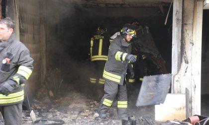 Incendio in un box c'erano bombole e bossoli FOTO