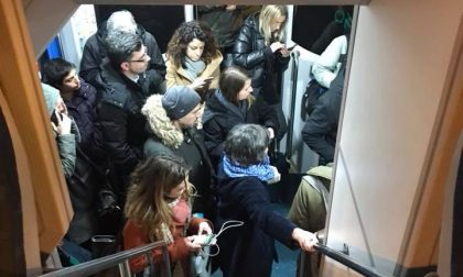 Treno bloccato per tre ore Pendolari furiosi e infreddoliti