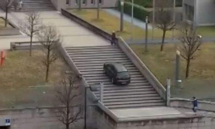 Sale con l'auto le scale dell'ospedale: ecco cosa può essere successo VIDEO