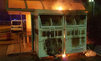 Bravata esplosiva preso il 16enne che ha dato fuoco ai cassonetti