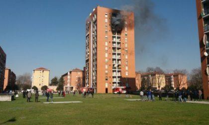 Incendio in un palazzo: gravissimo un bambino – LE FOTO