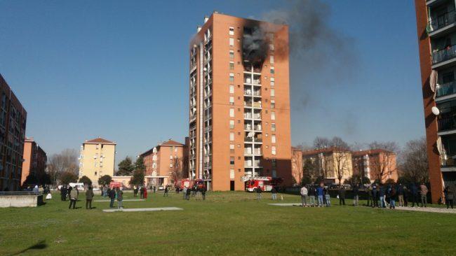 Palazzo in fiamme a Quarto Oggiaro