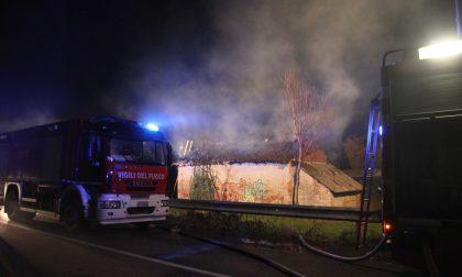 Incendio a Pessano in un casolare occupato abusivamente FOTO