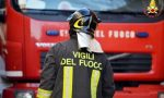 Buttano un petardo in un cassonetto, si scatena un incendio e bruciano due auto