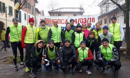 Runners di corsa anche sotto la pioggia e la neve