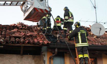 Incendio a Gorgonzola tetto di una cascina in fumo FOTO