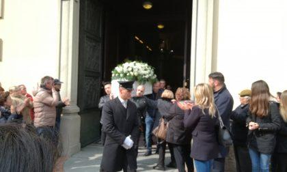 Lele Joker una folla per i funerali del piccolo youtuber vinto dalla malattia