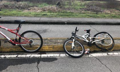 Investe due ciclisti e scappa Nei guai motociclista minorenne FOTO
