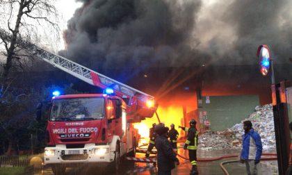 Incendio in cartiera, fiamme su un condominio FOTO e VIDEO