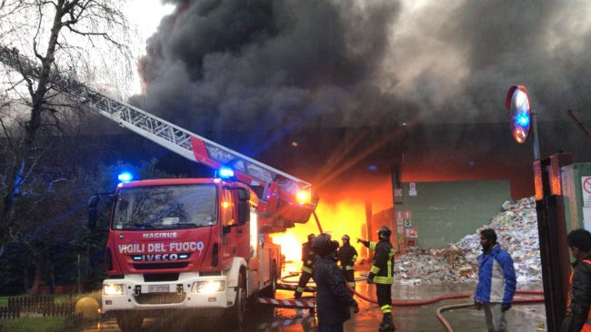Cologno. Gigantesco incendio in una cartiera vicino Mediaset