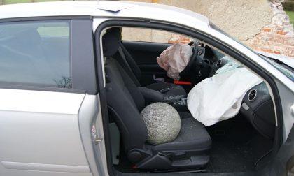 Auto contro muro nel Parco di Monza: palla di pietra sfonda il parabrezza